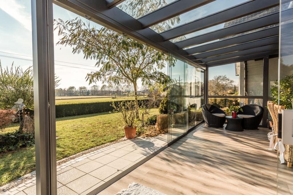 Schiebe 03 d | Geöffnete Glas-Schiebe-Elemente bei Alu-Terrassendach Blick Innen von Außen | Svoboda