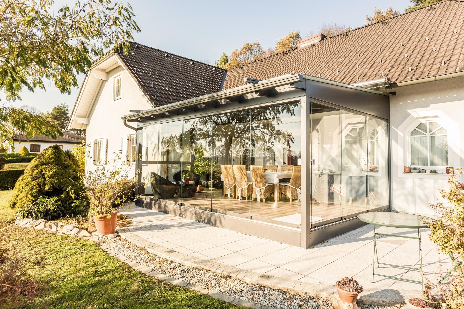 Schiebe 03 e | Schiebeverglasung bei grauer Alu-Terrassenüberdachung | Svoboda Metalltechnik