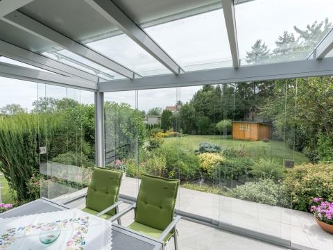 Schiebe 04 b | Ansicht von Innen nach Außen in Alu-Sommergarten mit Schiebe-Gläsern | Svoboda