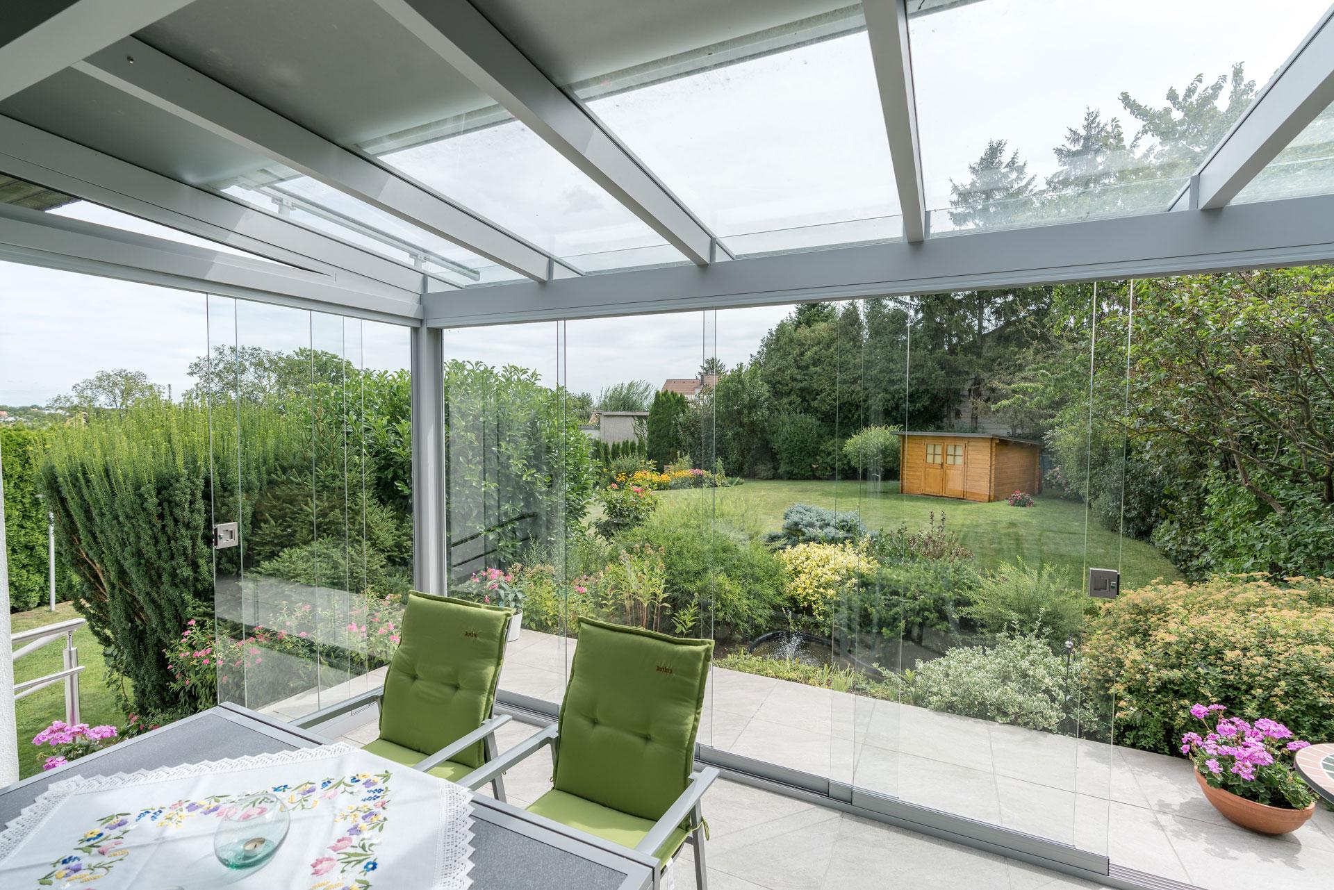Schiebe 04 b   Ansicht von Innen nach Außen in Alu-Sommergarten mit Schiebe-Gläsern   Svoboda