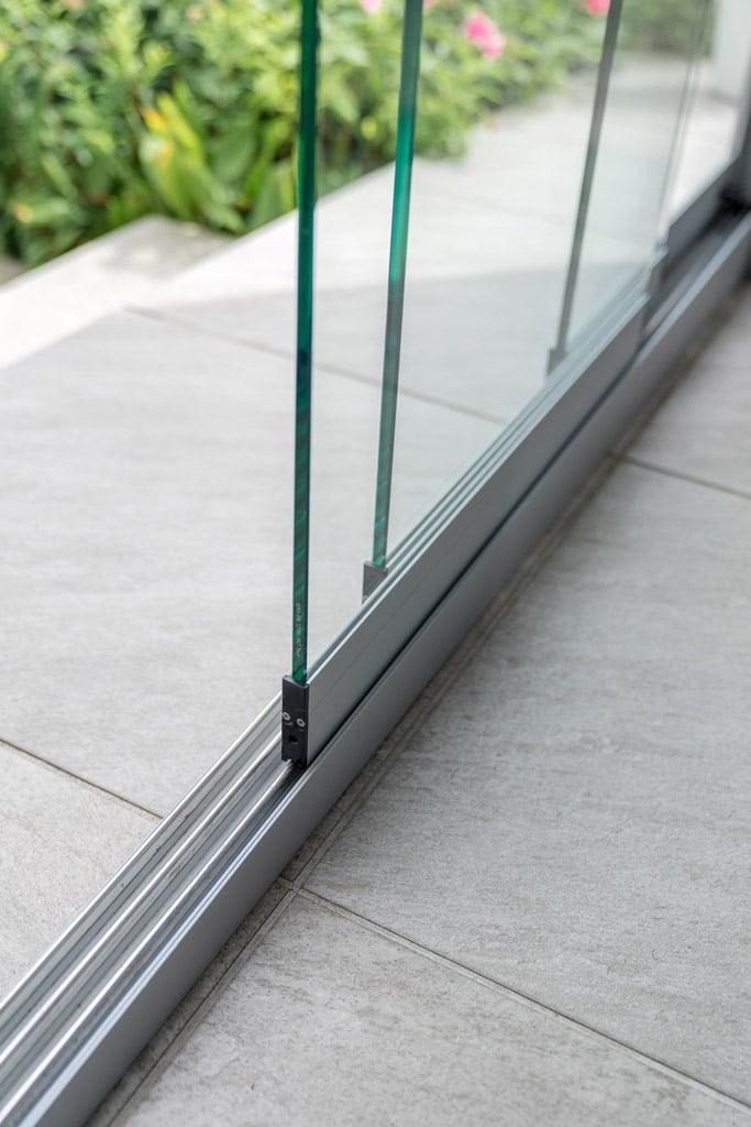 Schiebe 04 e   Nahaufnahme Bodenschienen bei Glasschiebeelementen auf Fließenboden   Svoboda