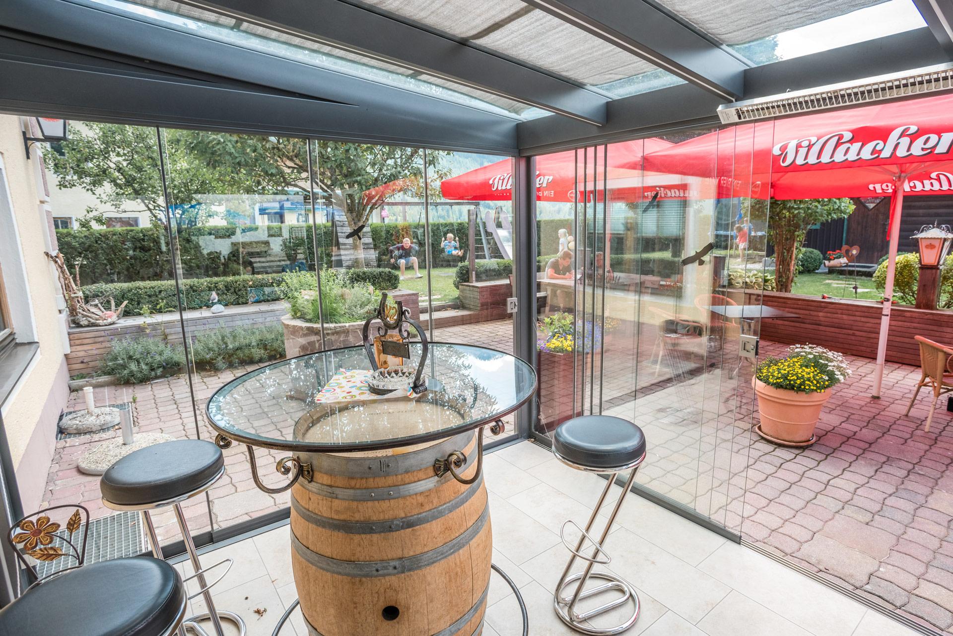 Schiebe 05 a   Sommergartenverglasung Schiebeglas bei Biergarten als Wind- und Regenschutz   Svoboda
