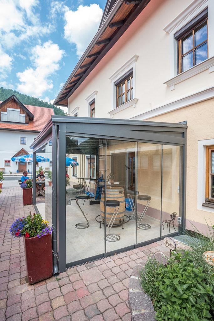 Schiebe 05 b | Rahmenlose Glasschiebeelemente geschlossen bei Gastterrassenüberdachung | Svoboda