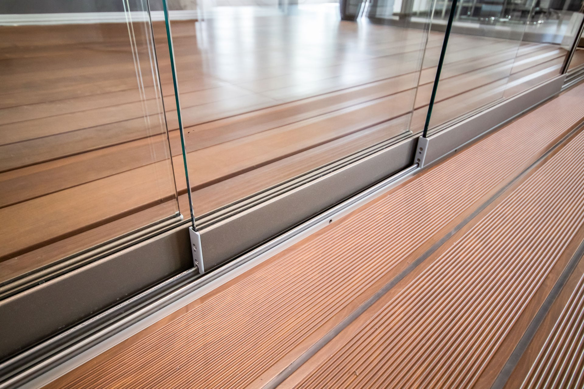 Schiebe 06 d   Nahaufnahme Schienensystem bei Glasschiebelementen für Sommergärten   Svoboda