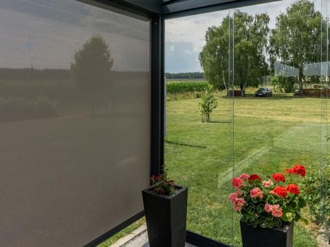 Schiebe 07 c | Rahmenlose Glas-Schiebe-Elemente aus Klarglas und graue Z-Markise | Svoboda Metall