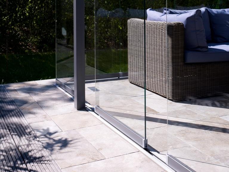 Schiebe-Dreh 06 a   Eingelassene Bodenschiene bei Stein-Fliesen bei Terrassenverglasung   Svoboda