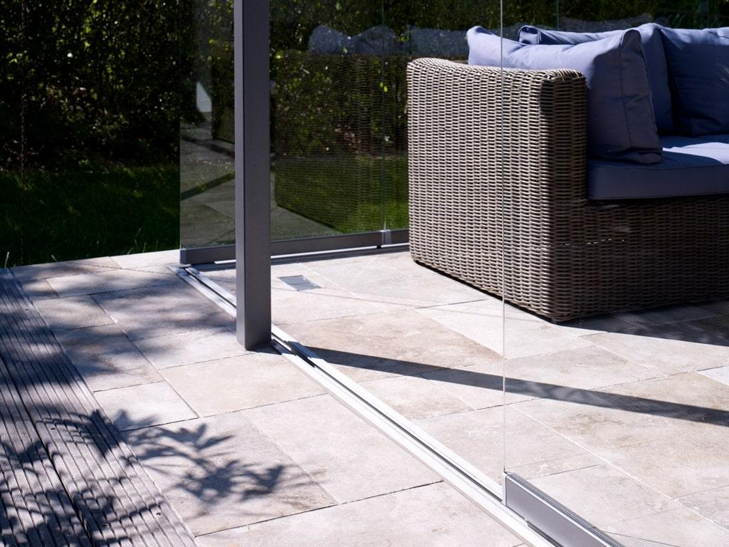 Schiebe-Dreh 06 b | Nahaufnahme Bodenschiene bei Terrassenverglasung mit Glaselementen | Svoboda
