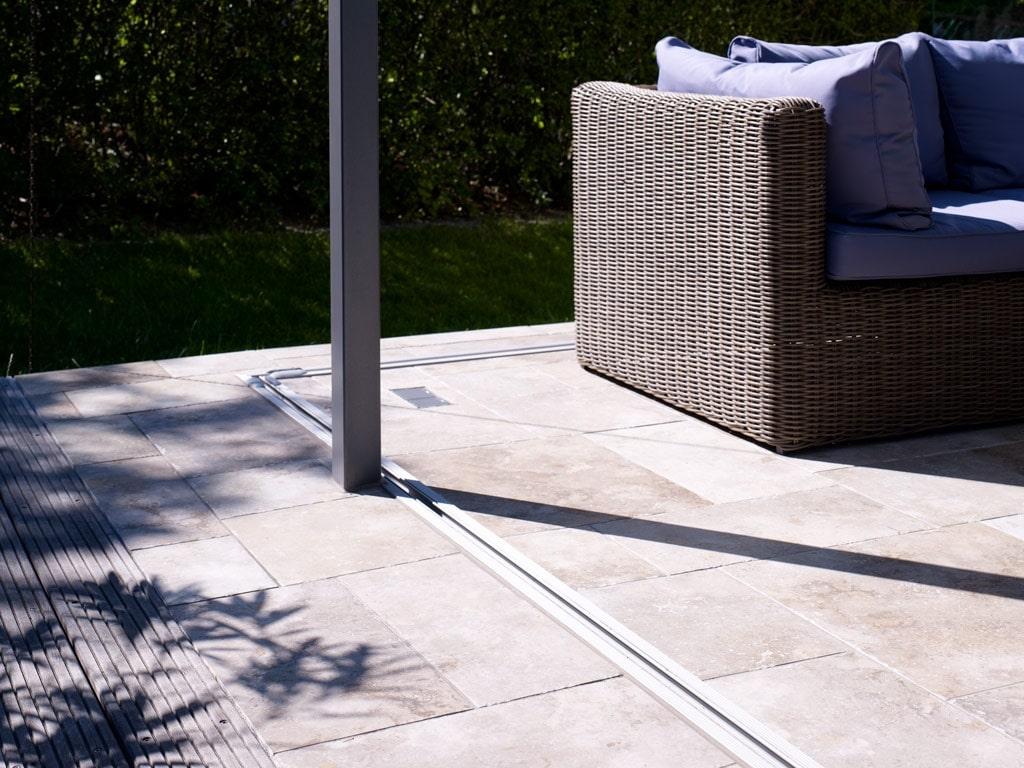 Schiebe-Dreh 06 c | Nahaufnahme Bodenschiene bei Terrassenverglasung, ohne Glaselemente | Svoboda
