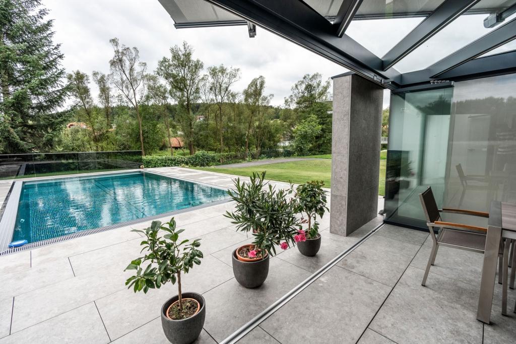 Schiebe-Dreh 13 | Geöffnete Glaselemente bei Terrasse in Parkposition gesammelt, Poolblick | Svoboda