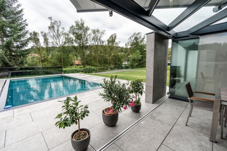 Schiebe-Dreh 13   Geöffnete Glaselemente bei Terrasse in Parkposition gesammelt, Poolblick   Svoboda