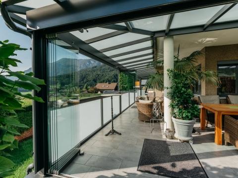 Schiebe-Dreh 14 g | Verglasung bei Sommergarten-Überdachung auf Terrasse geöffnet | Svoboda