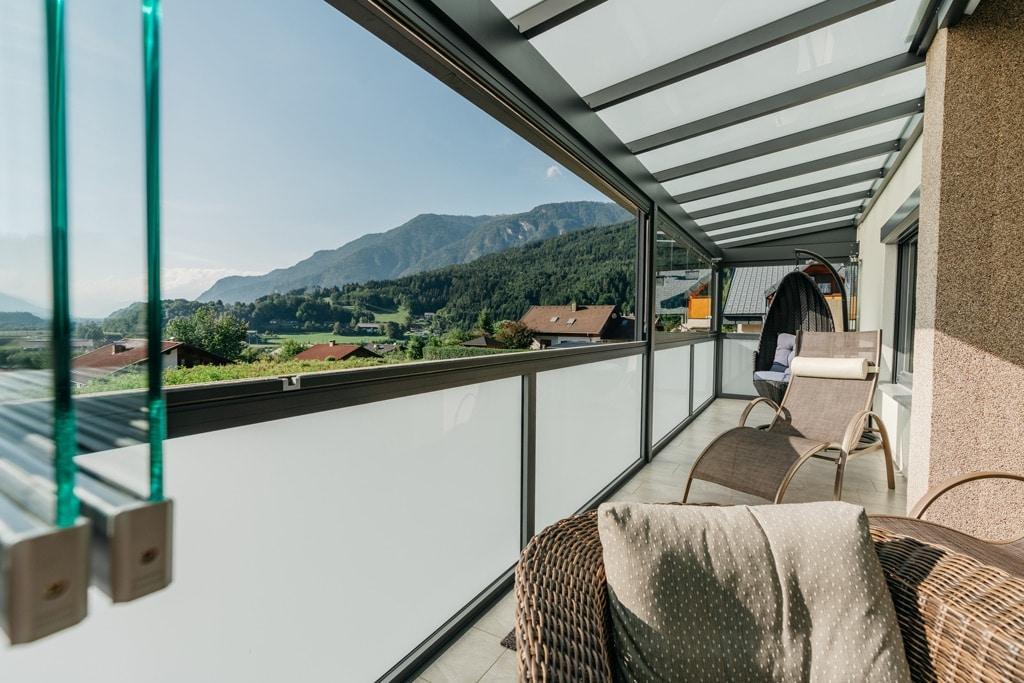 Schiebe-Dreh 14 p | offene, kurze Verglasung bei Sommergarten, mit Alu-Mattglas-Geländer | Svoboda