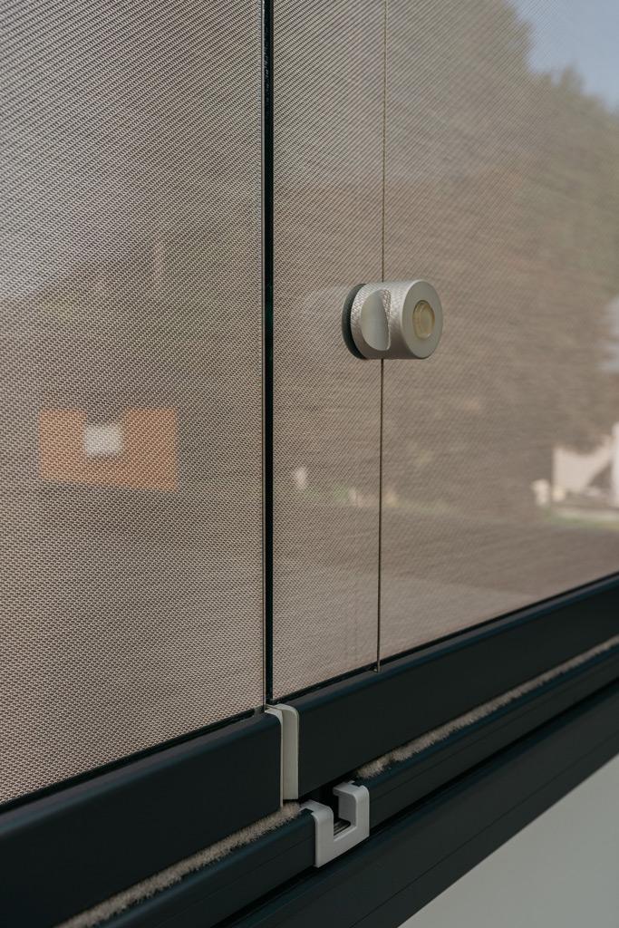 Schiebe-Dreh 14 t | Detailbild Öffnungsseil bei Verglasung, Bürstendichtung auf Unterseite | Svoboda