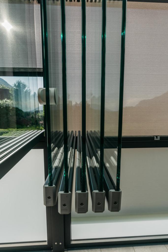Schiebe-Dreh 14 u | Geöffnete, halbhohe Schiebe-Dreh-Verglasung über Alu-Glas-Fixelementen | Svoboda