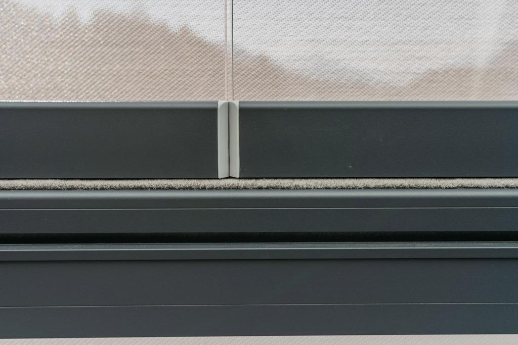 Schiebe-Dreh 14 z | Nahaufnahme Bürstendichtung zwischen halbhohen Glaselementen und Alu-Handlauf | Svoboda