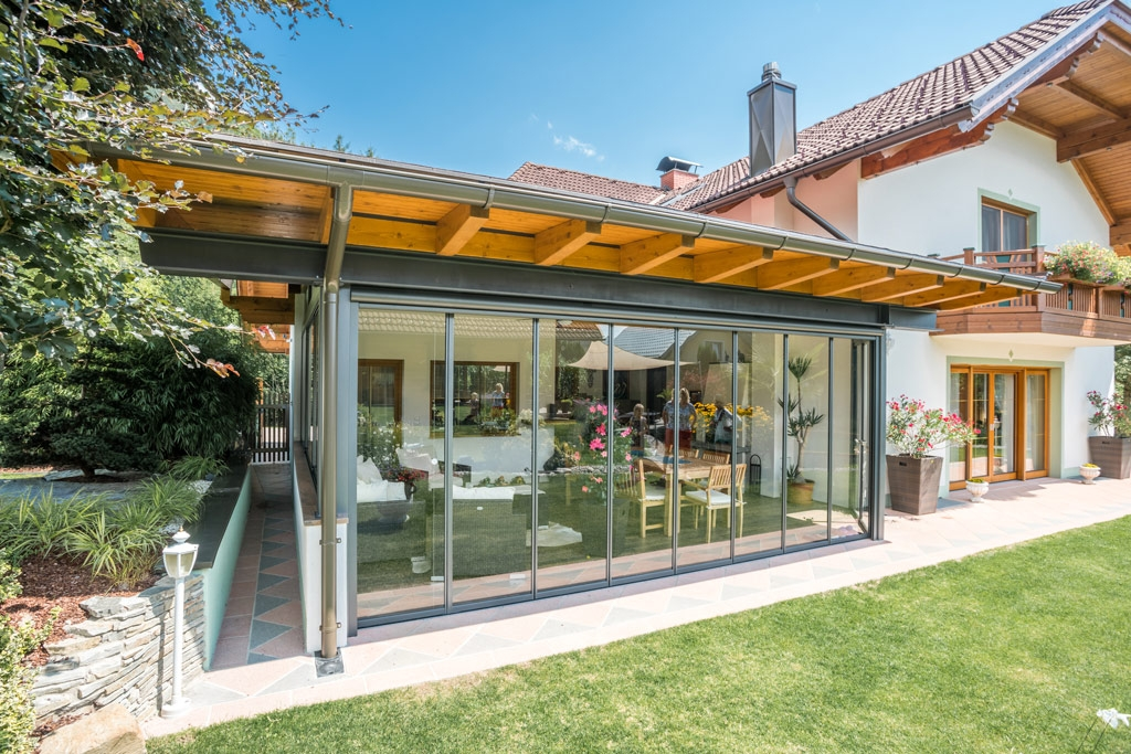 Schiebe-Dreh R 04 a | mit Holz-Dach überdachte Terrasse nachträglich verglast mit Alu-Glas | Svoboda