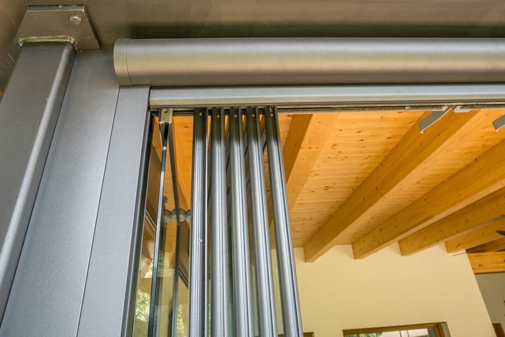 Schiebe-Dreh R 04 k | Detailbild offene Glaselemente mit Alurahmen & Führungs-Schiene | Svoboda