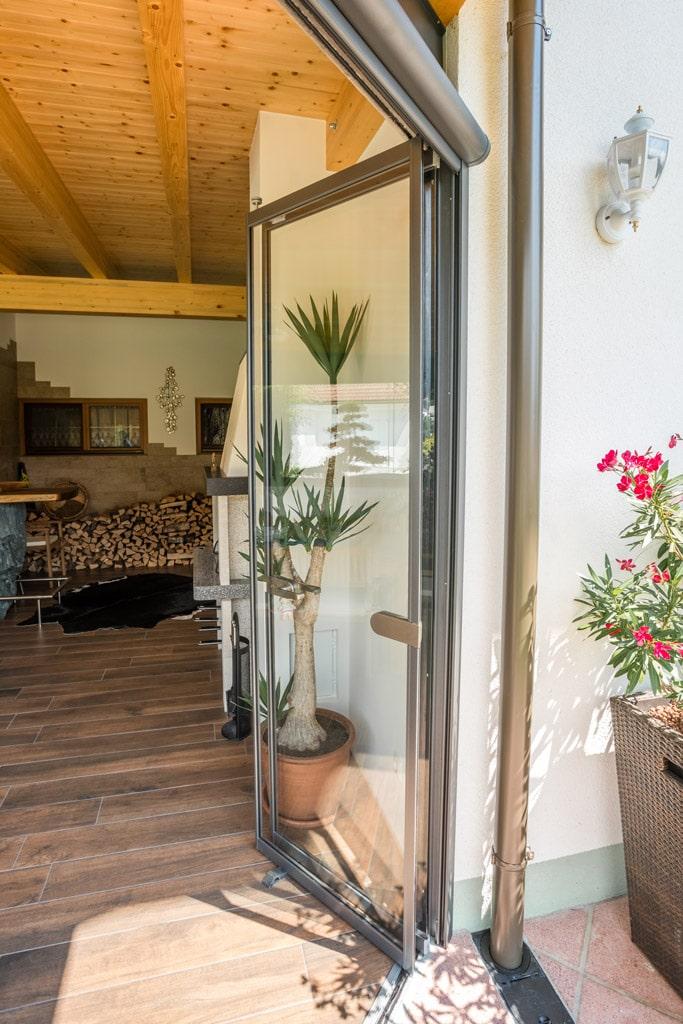 Schiebe-Dreh R 04 n | Verglasung mit Alurahmen grau, offen, Schutz bei gemauerter Terrasse | Svoboda