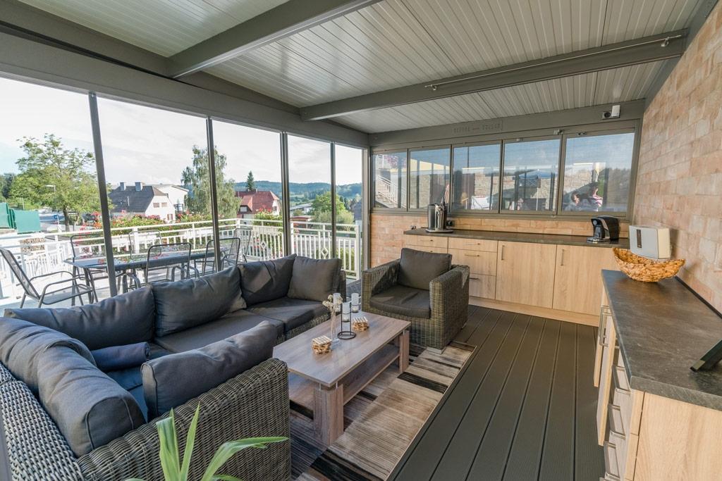 Schiebe R 01 e | Blick innen nach außen, Sommergarten mit Verglasung mit Wohnküche & Couch | Svoboda