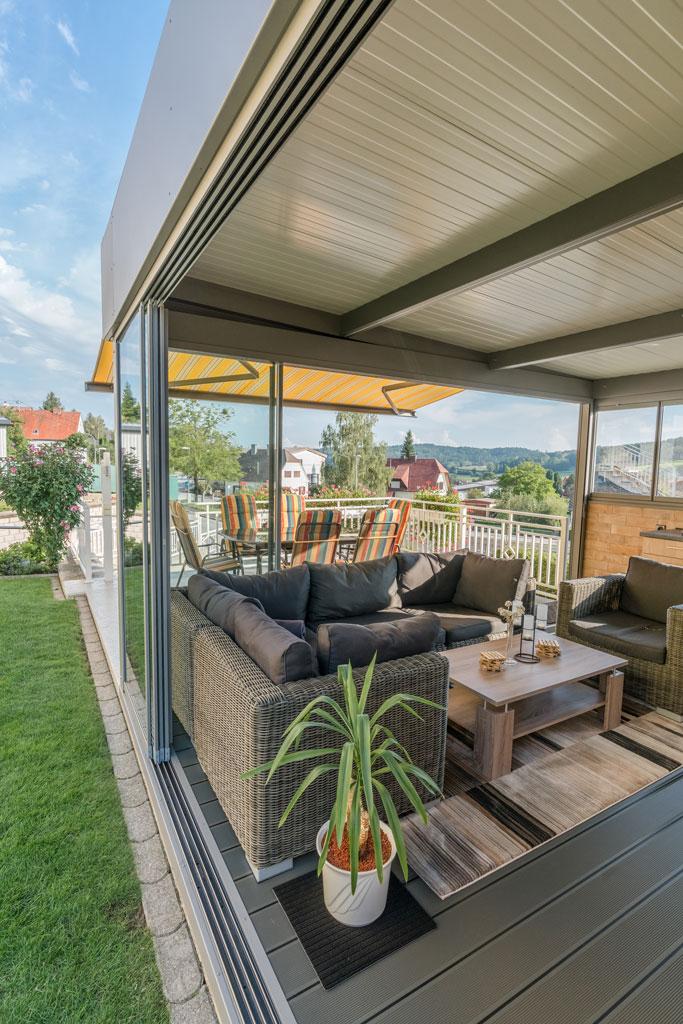 Schiebe R 01 f | Glasschiebeelemente offen mit Alu-Rahmen bei Alu-Sommergarten mit Couch | Svoboda