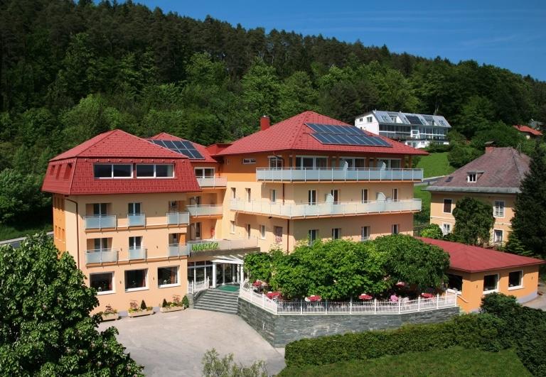 Schwechat 01 a   Alu-Rundrohr-Balkongeländer mit Mattglas bei Hotelanlage   Svoboda Metalltechnik