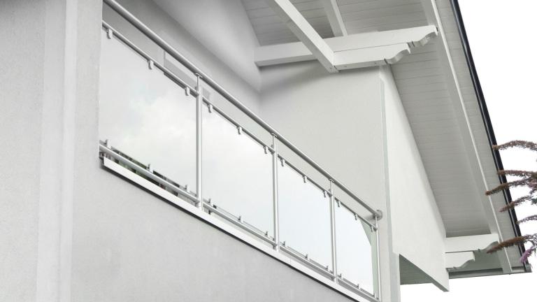 Schwechat 06 | Aluminiumbalkon mit Mattglas, Steher und Handlauf aus runden Alurohren grau | Svoboda