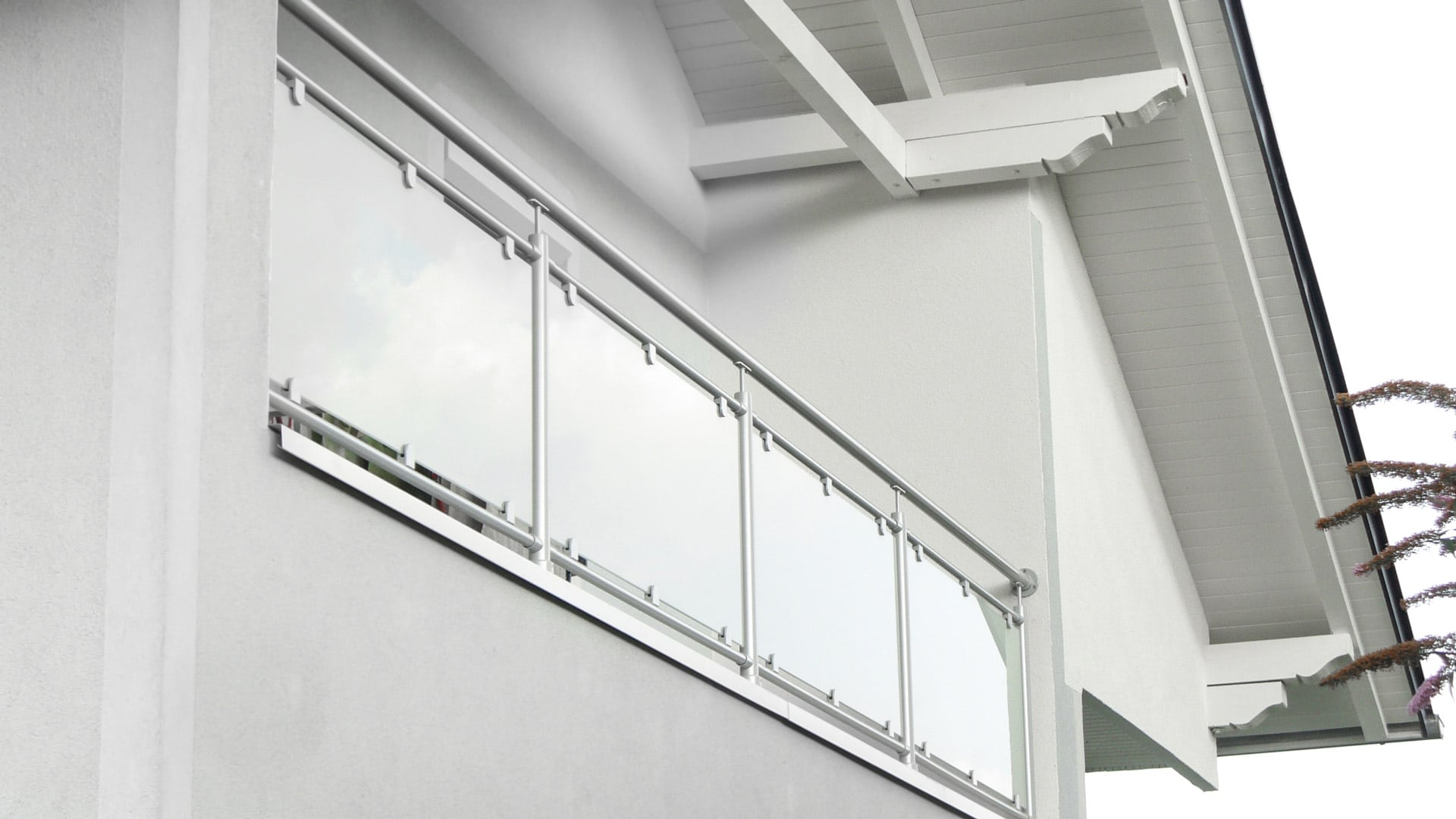 Schwechat 06   Aluminiumbalkon mit Mattglas, Steher und Handlauf aus runden Alurohren grau   Svoboda