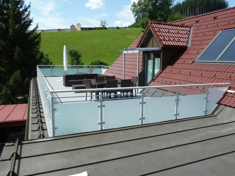 Schwechat 08 | Alugeländer bei Dachterrasse, grau, Mattglas & zwei waagrechte Dekor-Stäbe | Svoboda