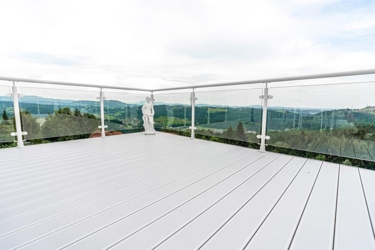 Schwechat 13 a | Aluminium-Rundrohr-Geländer weiß mit Klarglas-Scheibe, Aufsatzmontage | Svoboda