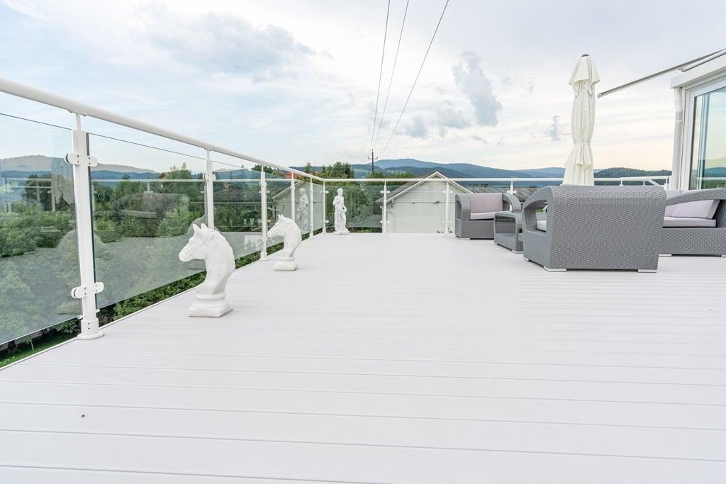 Schwechat 13 c | Rundrohr-Aluminiumgeländer bei Terrasse mit Glas-Füllung auf Aluboden | Svoboda