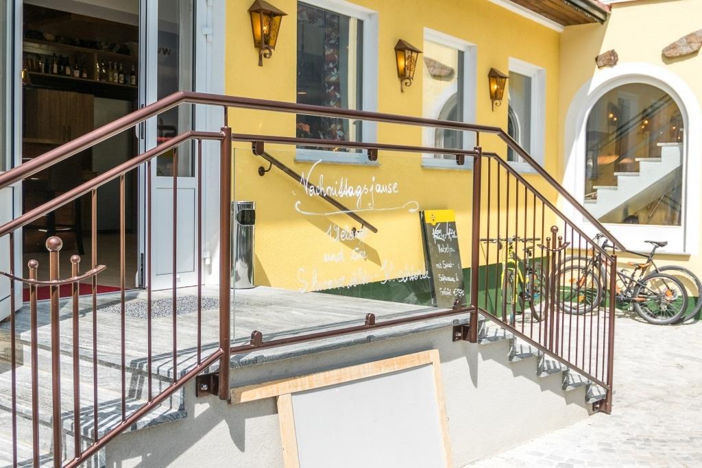 Schwechat 14 e | Rundrohrgeländer aus Alu mit beschrifteter Klarglasscheibe bei Gasthaus | Svoboda
