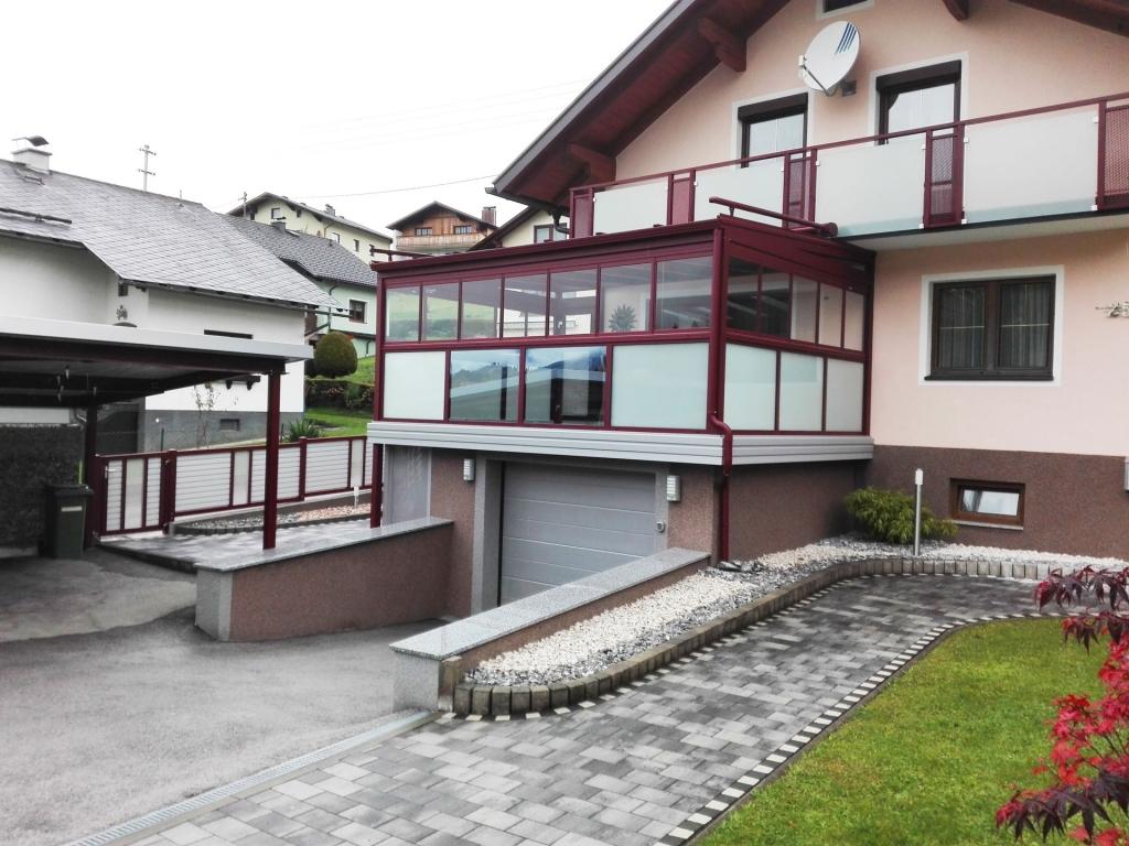 Sommergarten Alu 27 a   Terrassenverglasung & Alu-Dach rot auf Garage bei Einfamilienhaus   Svoboda