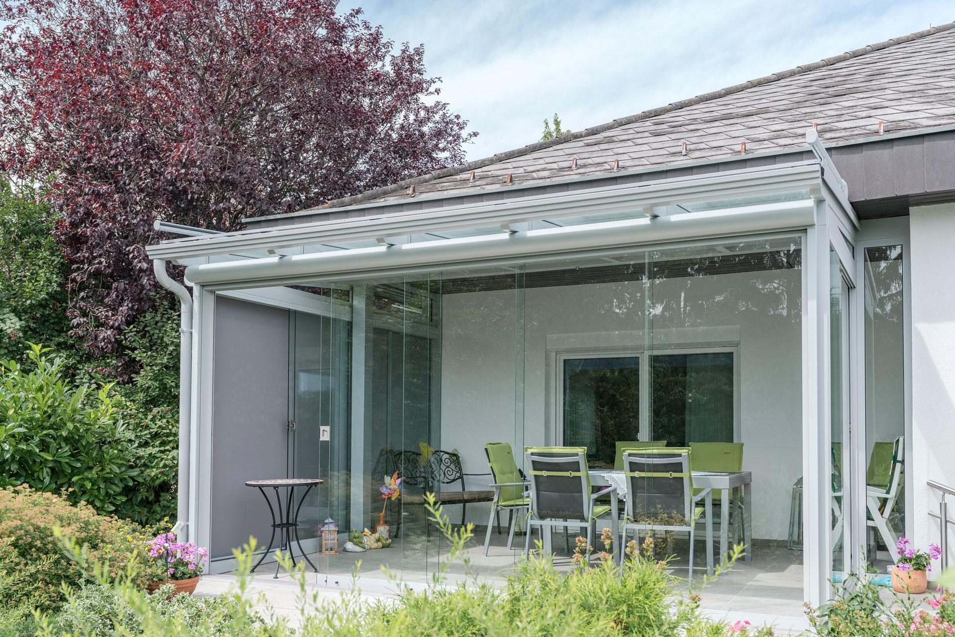 Sommergarten Alu 33 a | seitlich komplett verglaste Terrassenüberdachung, Regenrinne, grau | Svoboda
