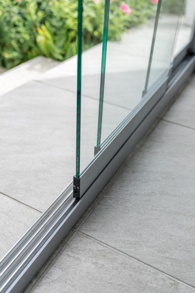 Sommergarten Alu 33 h | Alu-Schienen vierspurige Schiebe-Verglasung auf Boden aufgesetzt | Svoboda