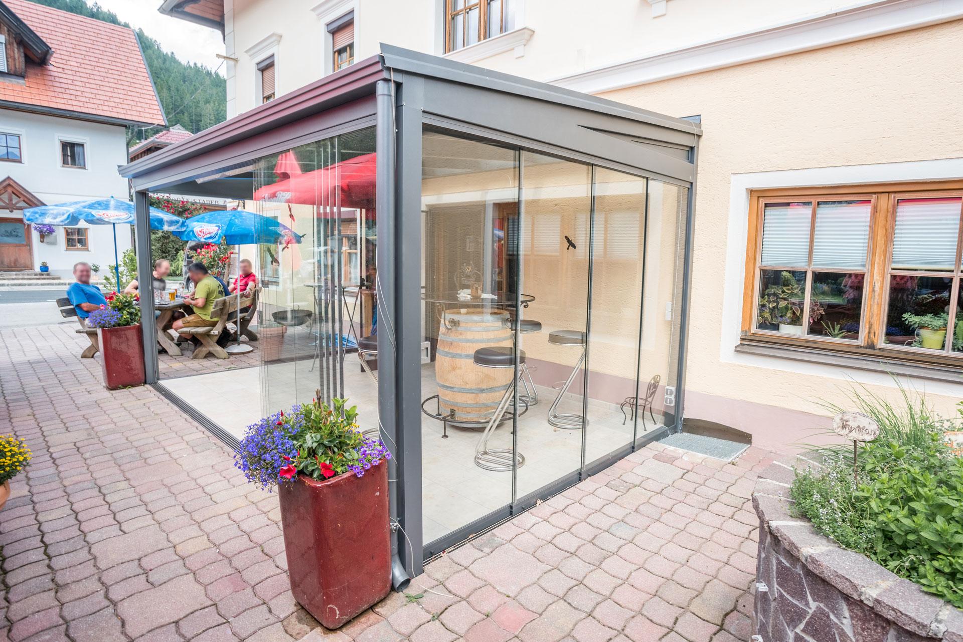 Sommergarten Alu 34 a | Terrassen-Lounge bei Gasthaus grau, Windschutz- & Regenschutz-Glas | Svoboda