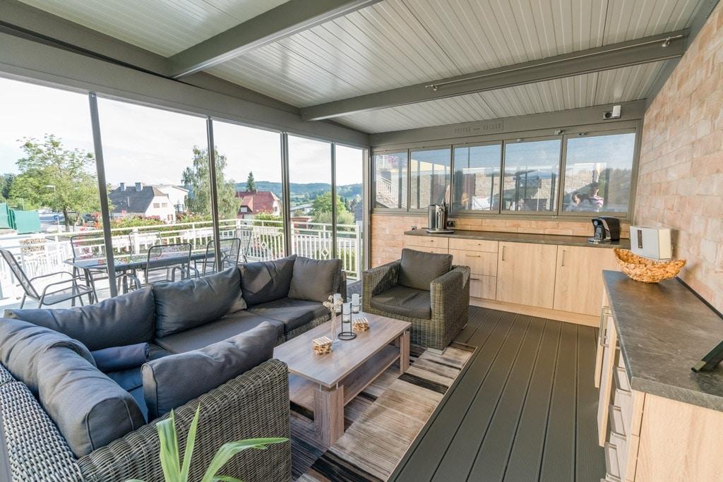 Sommergarten Alu 37 f | Innenansicht Verglasung geschlossen, Paneel-Dach, Outdoor-Küche | Svoboda