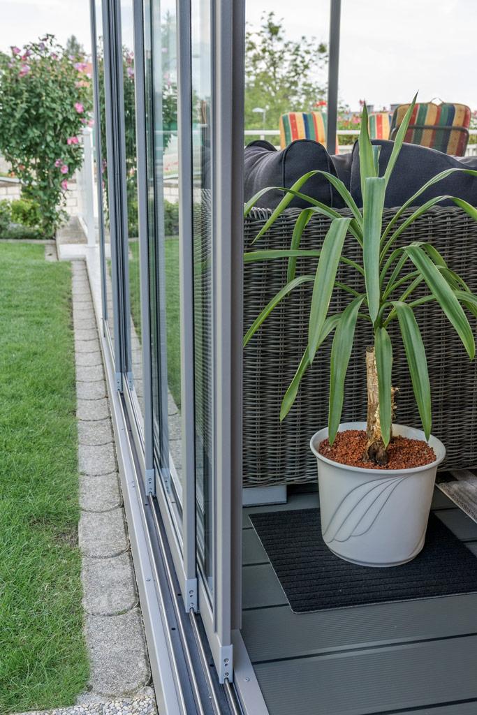 Sommergarten Alu 37 g | Detailbild vierspurige Schiebe-Anlage aus Glas mit Alu-Rahmen grau | Svoboda