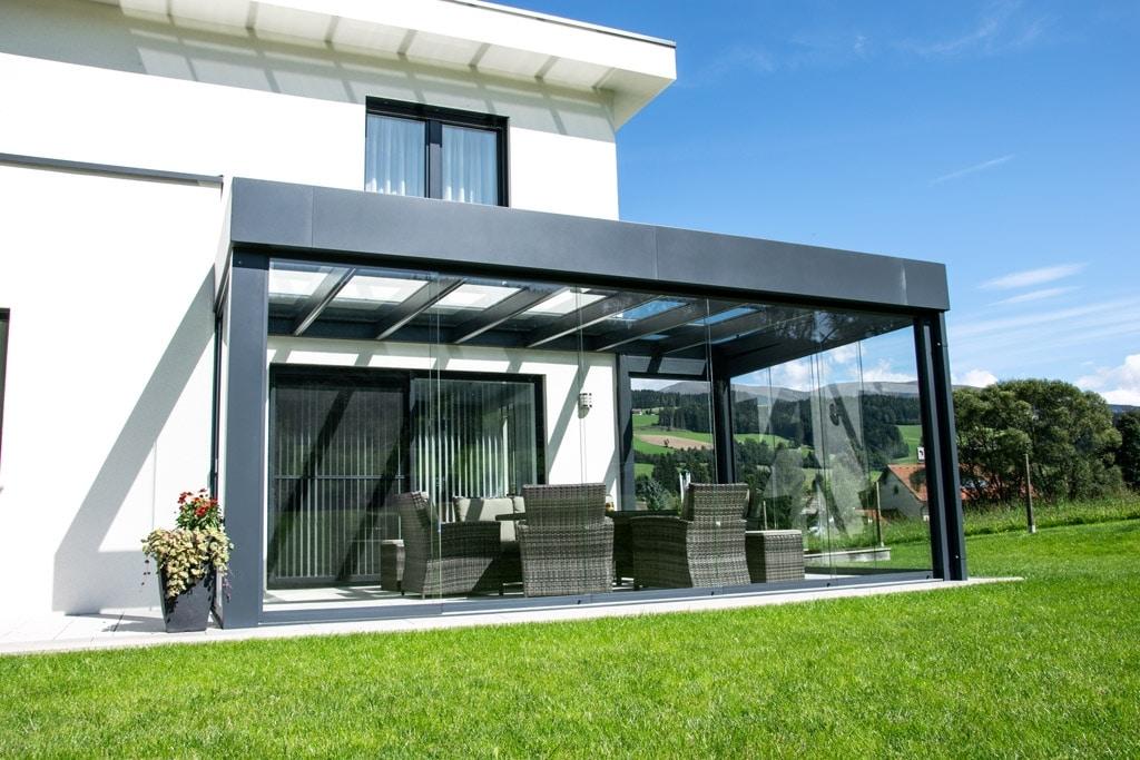 Sommergarten Alu 39 b | Attika-Blech anthrazit, Dach auf Terrasse, Schiebe-Verglasung | Svoboda