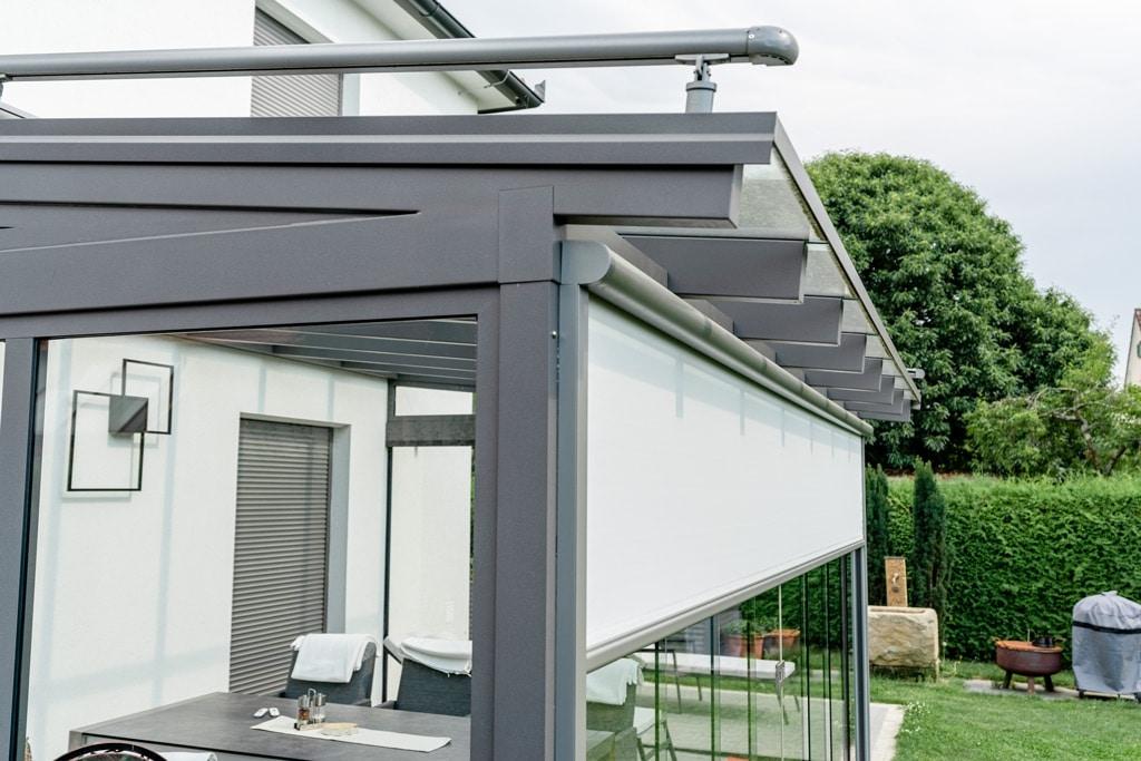 Sommergarten Alu 40 m | graues Aluminium-Terrassendach mit Senkrechtmarkise hellgrau | Svoboda