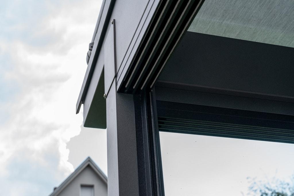 Sommergarten Alu 40 s | Detailbild vierspurige Schiebeanlage aus Glas bei grauem Dach | Svoboda