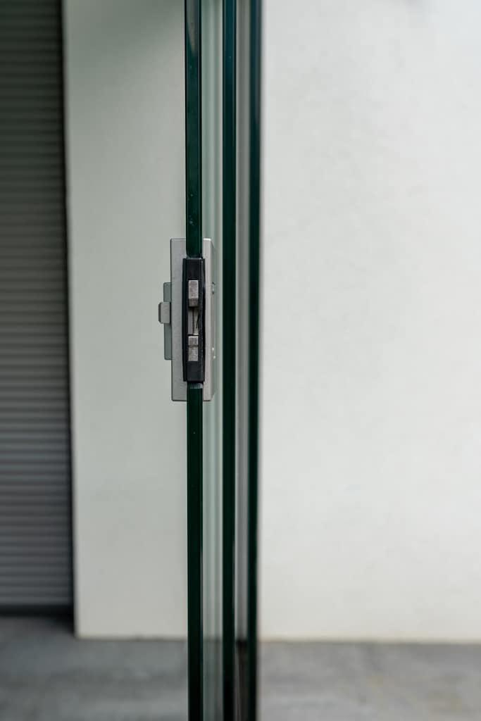 Sommergarten alu 40 v | Detailbild Schloss bei offenen Glasschiebelementen , Seitenansicht | Svoboda