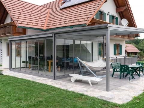 Sommergarten Alu 41 a | Glas-Windschutz & Regenschutz bei überdachtem Terrassensitzplatz | Svoboda