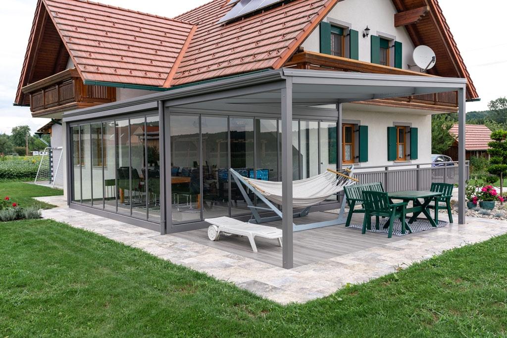 Sommergarten Alu 41 b | Terrassendach grau, teils Komplettverglasung, teils Bereich offen | Svoboda