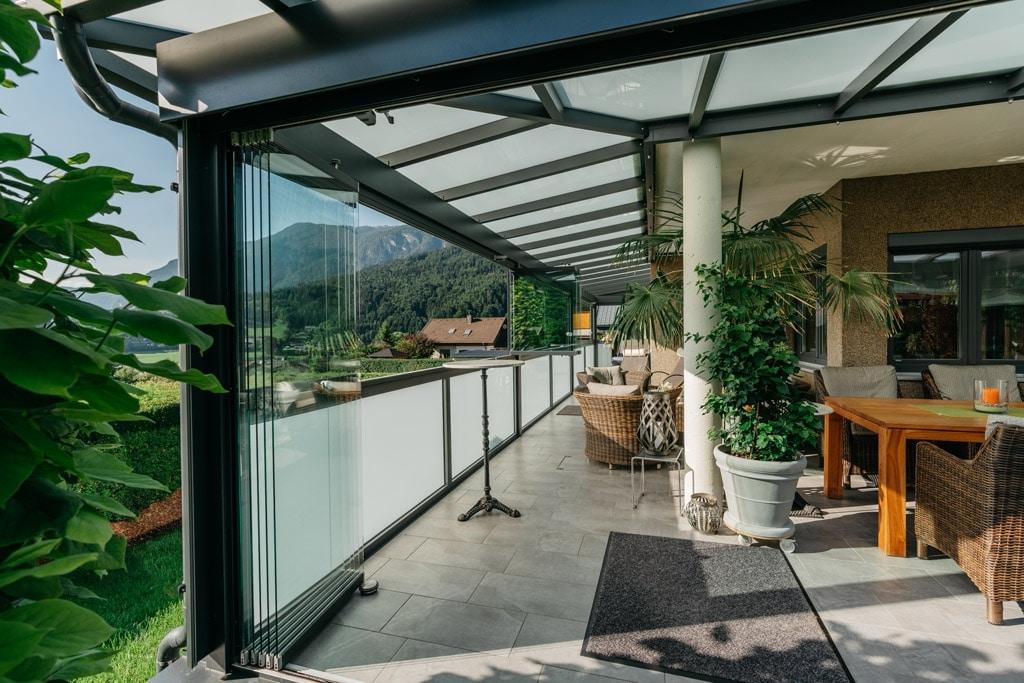 Sommergarten Alu 42 i | Terrassendach inkl. Glasgeländer grau und Schiebe-Verglasungen | Svoboda