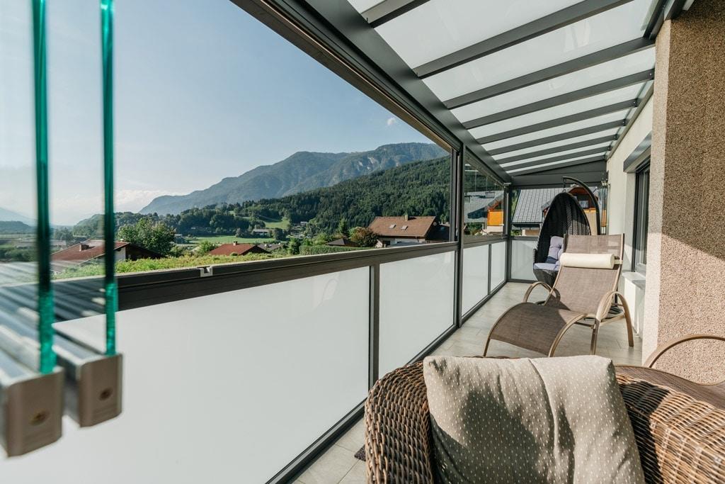 Sommergarten Alu 42 m | Aluminium grau, Frontverglasung über Mattglas-Alu-Geländer offen | Svoboda