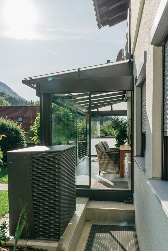Sommergarten Alu 42 t | Seitenansicht Glaselemente halb offen, Neigung verblecht, Alu grau | Svoboda