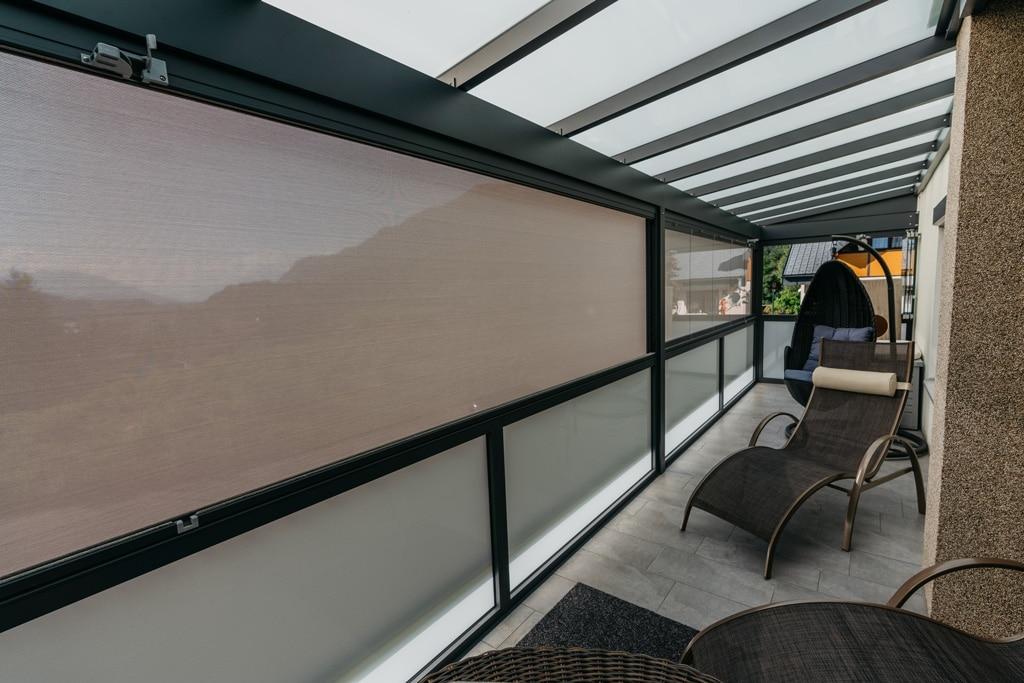 Sommergarten Alu 42 z11 | braun-graue Senkrechtmarkise auf Terrasse geschlossen von Innen | Svoboda
