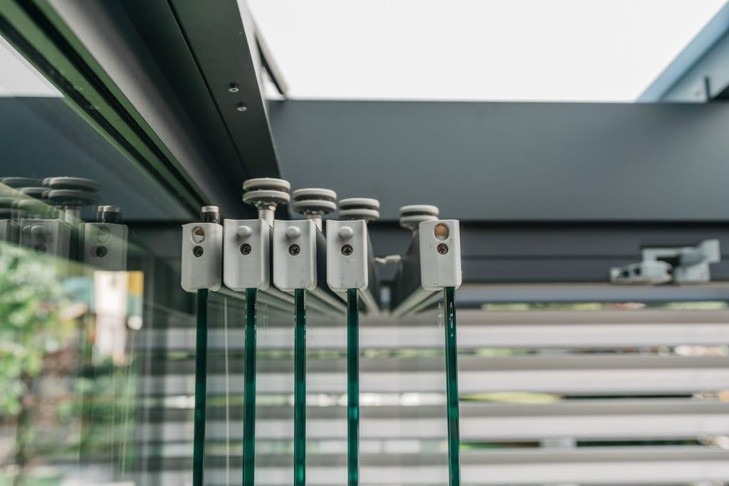 Sommergarten Alu 42 z16 | Detailbild Führungsräder bei offenen Schiebe-Dreh-Glas-Elementen | Svoboda