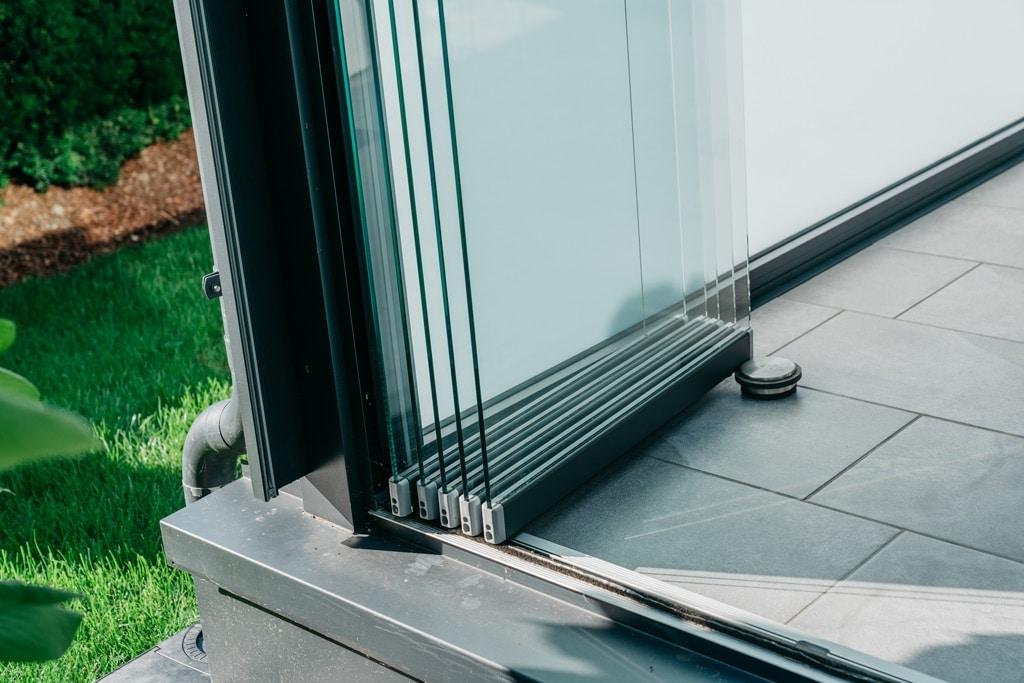 Sommergarten Alu 42 z17 | Detailbild offene Schiebe-Dreh-Glas-Elemente in Parkposition | Svoboda