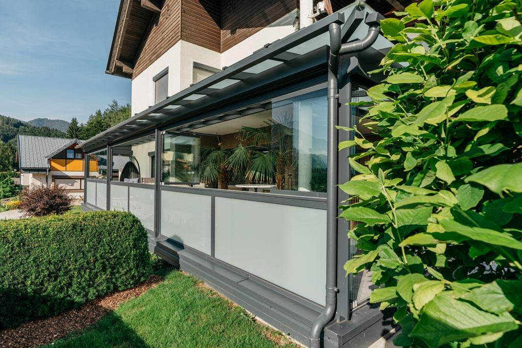 Sommergarten Alu 42 z2 | grau, Alu-Mattglas-Geländer, Schiebe-Dreh-Verglasung & Dachrinne | Svoboda